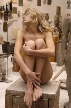 Nude babe posing in the middle of a museum