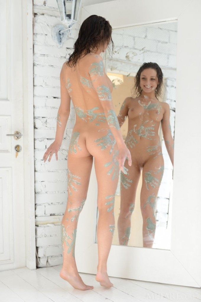 Babe turns naked body into a canvas