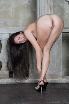High heels make this naked babe's ass look great