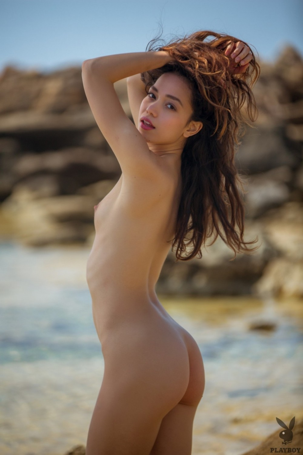 Stunning babe gets her orgasm in the sand